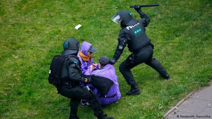 صورة أرشيفية توثّق تجاوزات الشرطة الألمانية أثناء قمة العشرين في هامبوغ عام 2017.