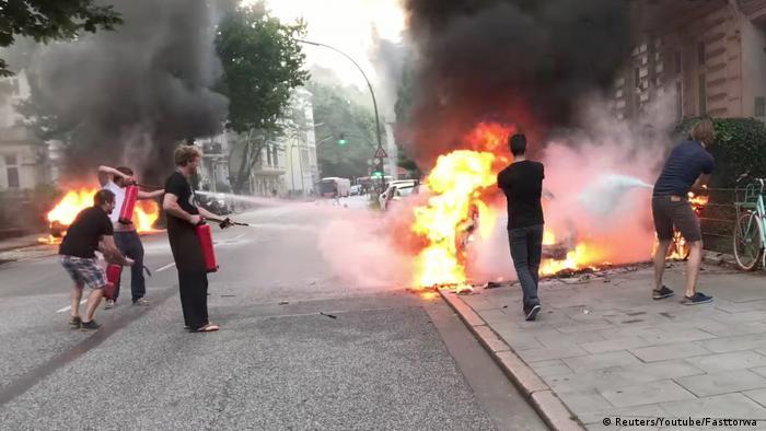 Jóvenes intentan apagar autos prendidos por extremistas en Hamburgo