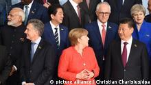 Mauricio Macri (l-r), Präsident von Argentinien, Bundeskanzlerin Angela Merkel und Chinas Staats- und Parteichef Xi Jinping, aufgenommen am 07.07.2017 beim Familienfototermin in Hamburg beim G20-Gipfel. Am 07. und 08. Juli kommen in der Hansestadt die Regierungschefs der führenden Industrienationen zum G20-Gipfel zusammen. Foto: Christian Charisius/dpa | Verwendung weltweit