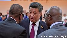 07.07.2017 *** China's President Xi Jinping (C) talks to Guinean President and Chairman of the African Union Alpha Conde (L) and South Africa's President Jacob Zuma at the start of the first working session of the G20 meetingin Hamburg, Germany, July 7, 2017. REUTERS/John MACDOUGALL,POOL Optimiert für mobile Angebote