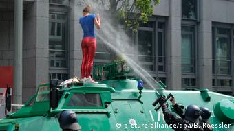Les canons à eau, un classique des manifestations en Allemagne