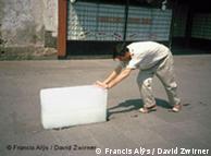Francis Alÿs empurra bloco de gelo pela Cidade do México: performance em vídeo 'Paradox of Praxis' (1997)