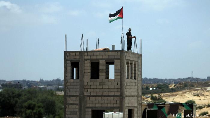 Ägypten - Palästinensischer Soldat auf Kontrollturm nähe des Gaza-Streifens