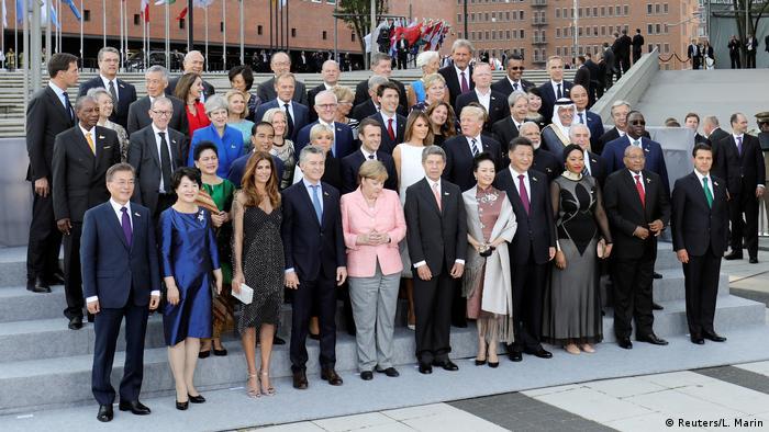 Deutschland Hamburg - G20 Gruppenbild (Reuters/L. Marin)