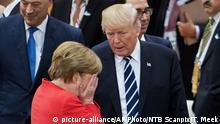 Angela Merkel, head in hands, with Donald Trump (picture-alliance/AP Photo/NTB Scanpix/T. Meek)