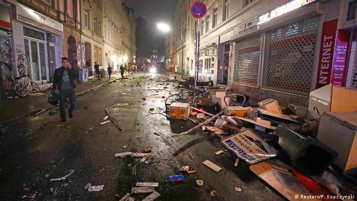 Разгромленная улица в Гамбурге