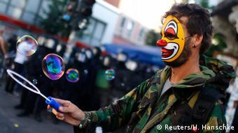 Ein Demonstrant mit Clown-Maske demonstriert gegen den G20 Gipfel in Hamburg