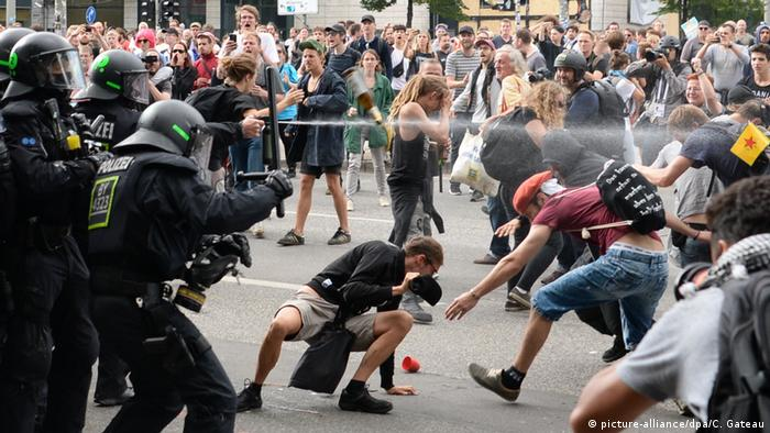 Police uses pepper spray against protesters in Hamburg