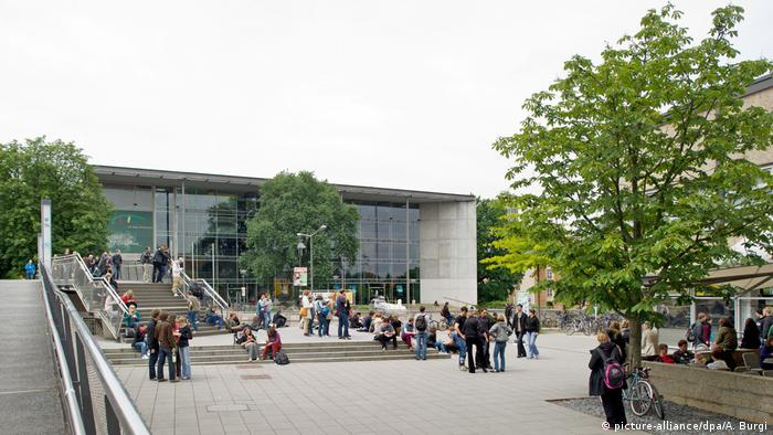 Students outside the TU Dresden