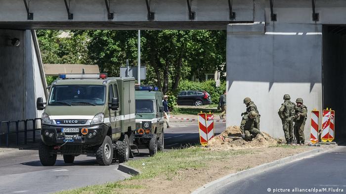 Vestígios da Segunda Guerra Mundial são regularmente encontrados na Polônia. na foto, processo de evacuação devido a explosivo em Gdansk, em junho de 2017