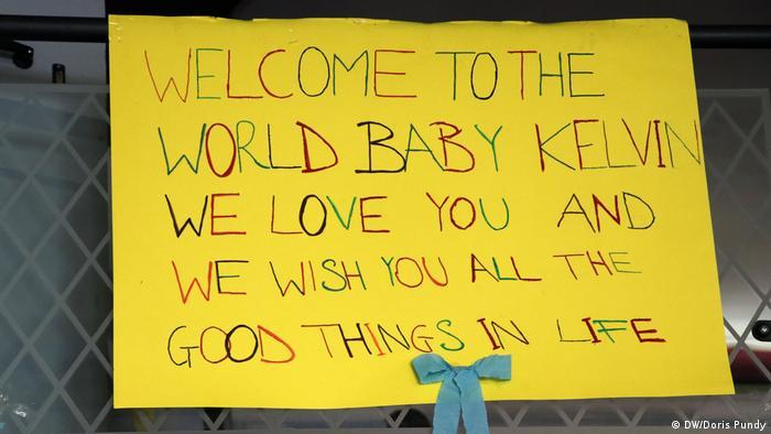 Italien, Sizilien, Ein Plakat im Casa Delle Culture, einem Flüchtlingsheim für Kinder und junge Mütter in Scicli