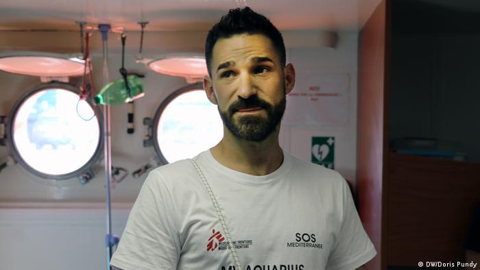 Italien, Sizilien, der Arzt Craig Spencer untersucht gerettete Migranten auf dem Rettungsschiff MS Aquarius