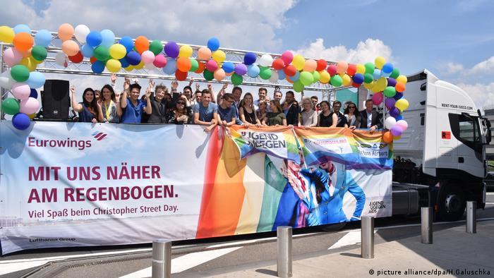 Vorstellung des Paradetruck der Jugendorganisation Jugend gegen Aids, Christopher Street Day (picture alliance/dpa/H.Galuschka)