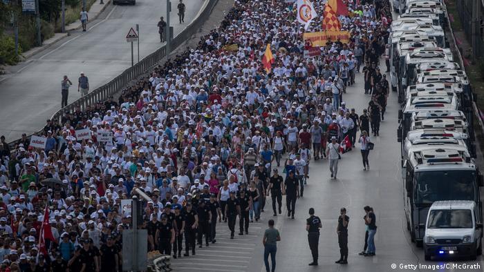 Türkei, Istanbul, Gerechtigkeits-Demo, die von der Partei der Oppositionspartei der Türkei abgehalten wird (Getty Images/C.McGrath)