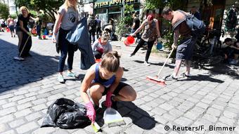 Πολίτες του Αμβούργου καθαρίζουν τους δρόμους της πόλης τους