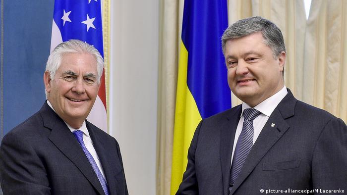 Der ukrainische Präsident Poroschenko trifft sich mit dem US-Außenminister Tillerson (picture-alliancedpa/M.Lazarenko)