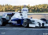 Nick Heidfeld tras su BMW.