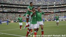 09.07.2017+++ Hedgardo Marin, center, is congratulated by his teammate Edson Alvarez, right, and Hugo Ayala after he scored against El Salvador during a CONCACAF Gold Cup soccer match in San Diego, Sunday, July 9, 2017. (AP Photo/Gregory Bull) |