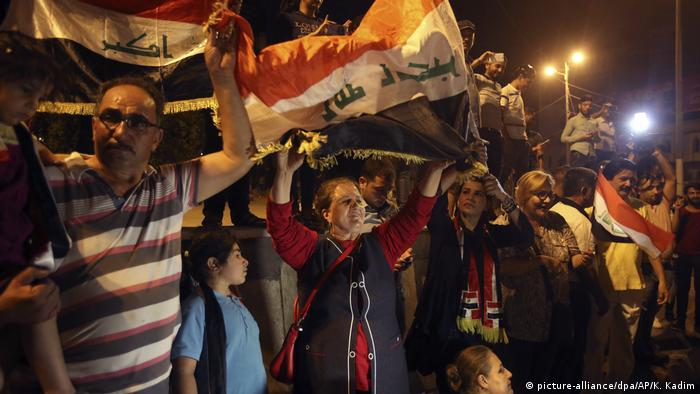 Iraqis in Baghdad celebrat the victory in Mosul (picture-alliance/dpa/AP/K. Kadim)