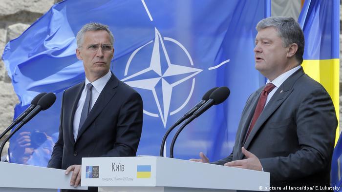 Генсек НАТО Єнс Столтенберг (л) та президент України Петро Порошенко (п) в Києві