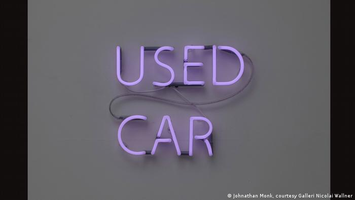 Neon-Installation Used Car von Jonathan Monk (2011). In lilafarbener Schrift steht dort Used Car. Ausstellung Das Auto in der Kunst der Kunsthalle Emden. 15.07. bis 05.11.2017 (Johnathan Monk, courtesy Galleri Nicolai Wallner)