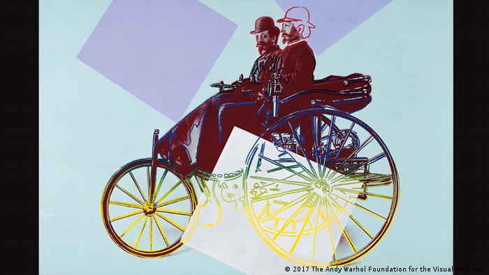 Andy Warhols Siebdruck Carl Benz mit seinem kaufmännischen Angestellten Josef Brecht auf dem Benz Patent-Motorwagen (1986). Ausstellung Das Auto in der Kunst der Kunsthalle Emden. 15.07. bis 05.11.2017 (2017 The Andy Warhol Foundation for the Visual Arts, Inc.)