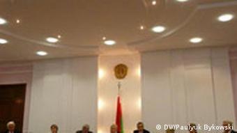 Члены Центризбиркома Беларуси сидят за столом