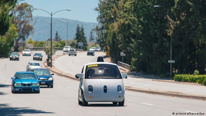 Самоуправляемый автомобиль от Google в транспортном потоке в США