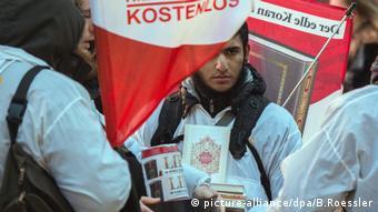 Salafisten share copies of the Koran in Frankfurt.