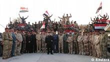 Irak, Der irakische Premierminister Haider al-Abadi hält eine irakische Flagge, als er den Sieg über den islamischen Staat in Mosul verkündet