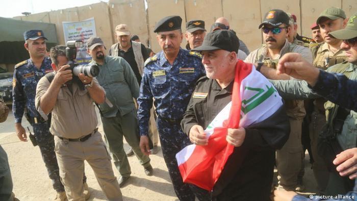 Прем'єр-міністр Іраку Хайдер аль-Абаді (з прапором країни) в Мосулі
