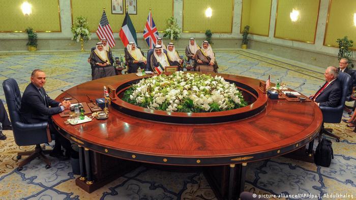 Kuwait US-Außenminister Tillerson in Kuwait-Stadt (picture-alliance//AP/dpa/J. Abdulkhaleg)