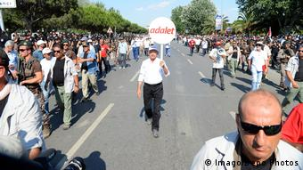 Ο Κεμάλ Κιλιτσντάρογλου ηγήθηκε της Πορείας για τη Δικαιοσύνη