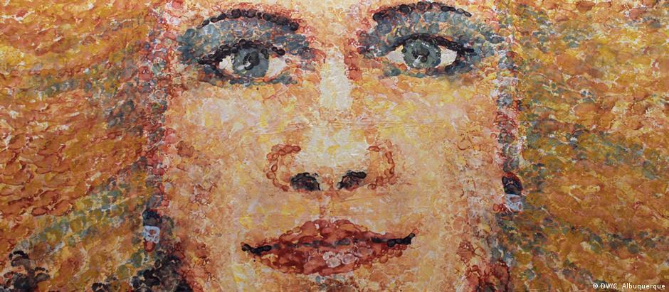 Detalhe de autorretrato de Lorenza Böttner em grande formato pintado com boca e pés