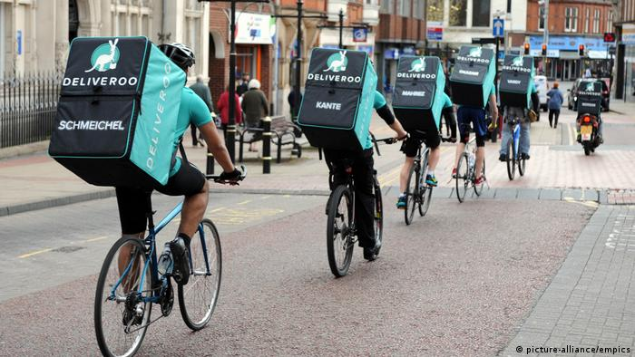 A team of Deliveroo riders named after Leicester City FC players sets off from Peter Pizzeria in Leicester to deliver freebies to football fans in celebration of the club winning the Barclays Premier League, ahead of the team lifting the trophy this weekend (picture-alliance/empics)