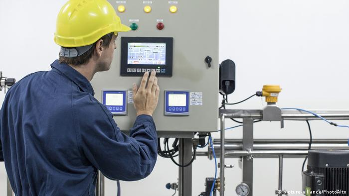 Symbolbild Industriearbeiter (picture-alliance/PhotoAlto)