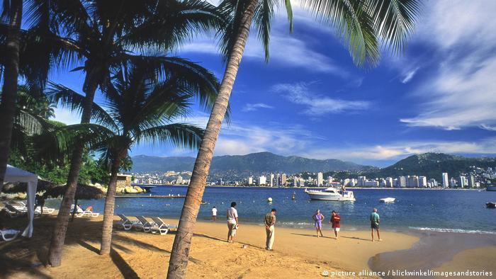 Mexiko, Menschen am Strand von Acapulco