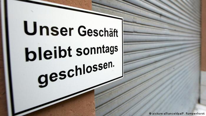 Closed Sundays sign (picture-alliance/dpa/F. Rumpenhorst)
