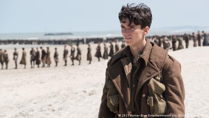 Filmszene aus Dunkirk mit Soldaten am Nordseestrand 1940 (2017 Warner Bros Entertainment/Foto: Melinda Sue Gordon)