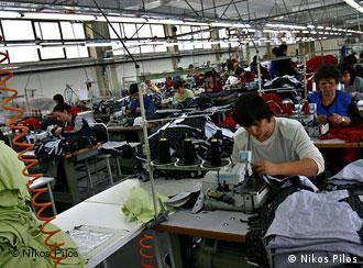рабочие за швейными машинами в цеху