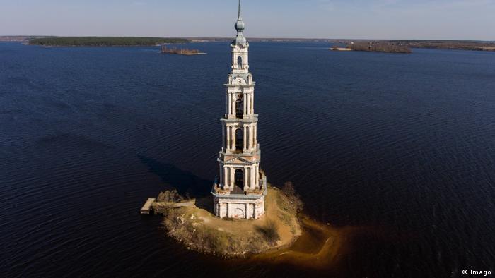 Kirchturm der Nikolaikirche im Uglitscher Stausee in Russland (Foto: Imago)