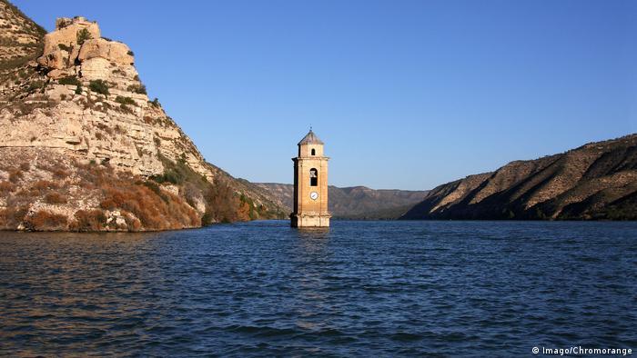 Kirchturm von Fayon im Ebro-Stausee (Foto: Imago/Chromorange)