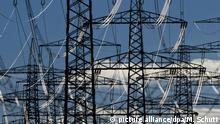 ARCHIV - Die Metallkabel einer Starkstromleitung glänzen am 13.01.2015 nahe Vieselbach bei Erfurt (Thüringen) im Sonnenlicht. SPD und Union wollen die von ost- und norddeutschen Bundesländern geforderte Angleichung der Abgaben für die Stromnetze praktisch noch in letzter Minutebeschließen. (zu dpa «Koalition will doch noch Angleichung der Stromnetz-Abgaben» vom 27.06.2017) Foto: Martin Schutt/dpa-Zentralbild/dpa +++(c) dpa - Bildfunk+++   Verwendung weltweit