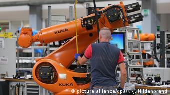 Рабочий немецкой роботостроительной компании Kuka