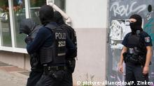 German police with a suspect (picture-alliance/dpa/P. Zinken)