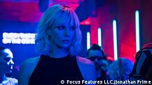 Filmstill aus Atomic Blonde mit Charlize Theron in neonblauer Nachtszene in Club (2017) (Focus Features LLC./Jonathan Prime)