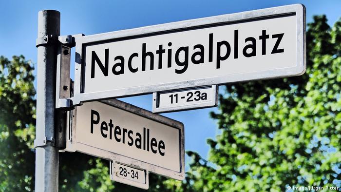 Straßenschilder in Berlin: Nachtigalplatz und Petersallee. (Imago/Jürgen Ritter)