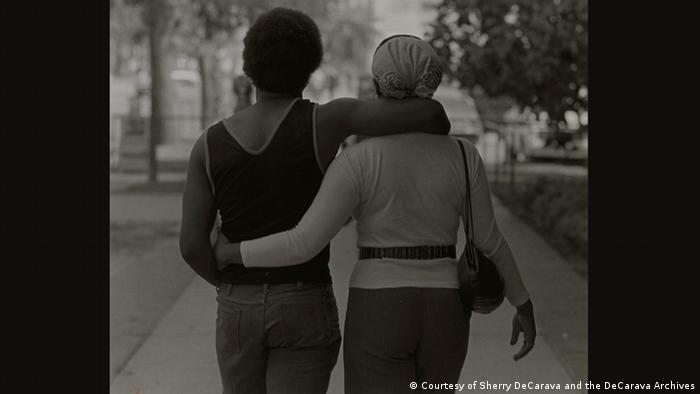 Roy DeCarava, Couple Walking, 1979 (Courtesy of Sherry DeCarava and the DeCarava Archives)