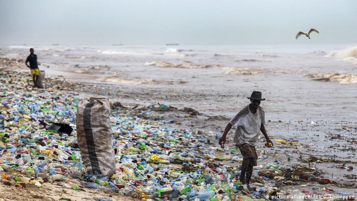 Ghana Plastik Müll am Strand in Accra (picture-alliance/dpa/C. Thompson)