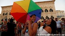 Malta Befürworter der Homoehe feiern Abstimmung vor dem Parlament